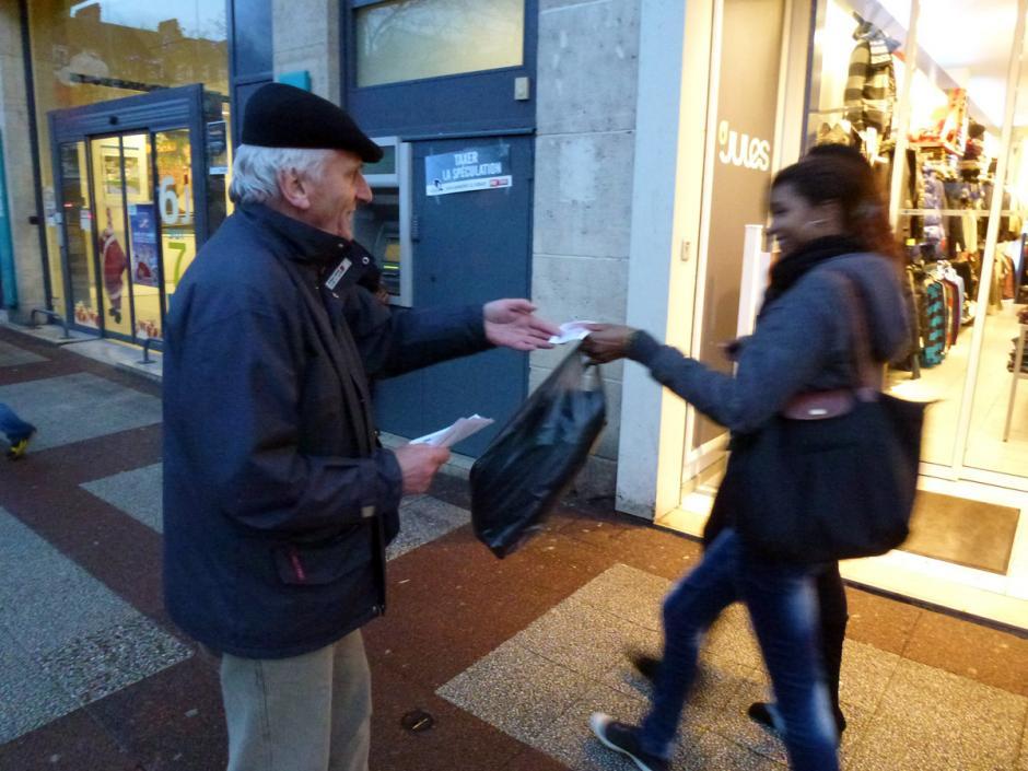Distribution de faux billets devant une banque - Beauvais, 15 décembre 2011