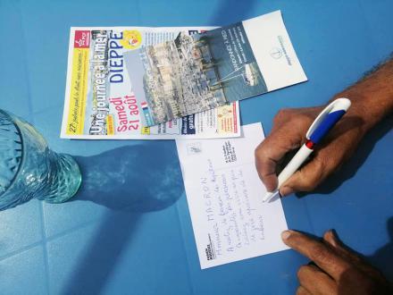 Les vacancier·ère·s d'un jour envoient des cartes postales à Macron - Dieppe, 21 août 2021